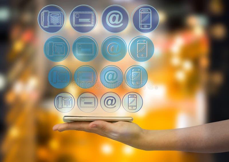 mão com o telefone com o painel azul dos ícones da aplicação sobre Cidade borrada no fundo da noite ilustração royalty free