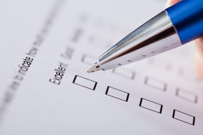 Mão com Pen Over Blank Form imagem de stock royalty free