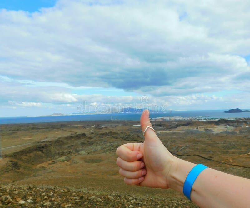 Mão com punho e vista em Ilhas Canárias foto de stock