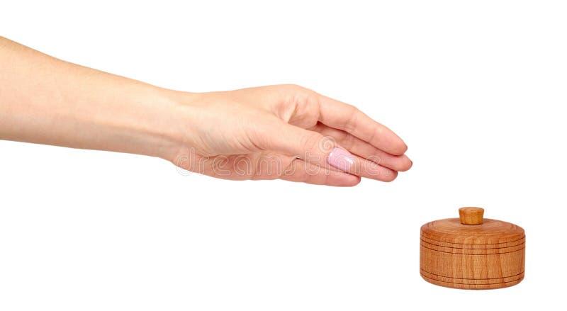 Mão com recipiente de madeira, caso redondo Fundo isolado ilustração royalty free