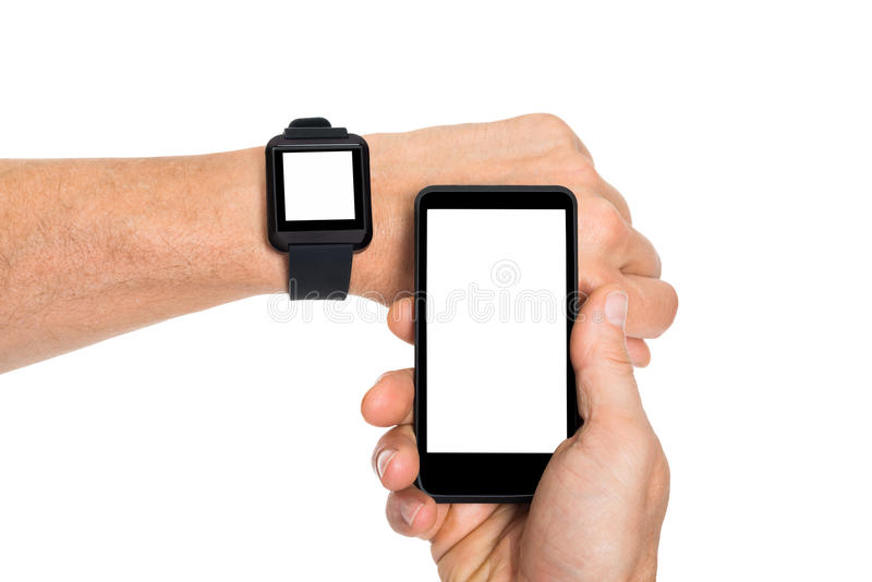 Mão com smartwatch e telefone celular fotos de stock