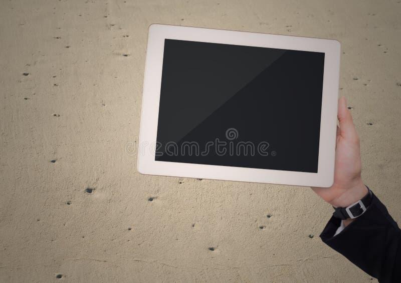 Mão com a tabuleta contra a areia ilustração royalty free
