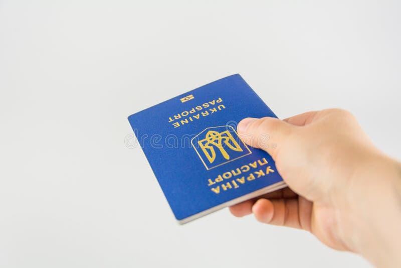 Mão com um passaporte do cidadão de Ucrânia foto de stock royalty free
