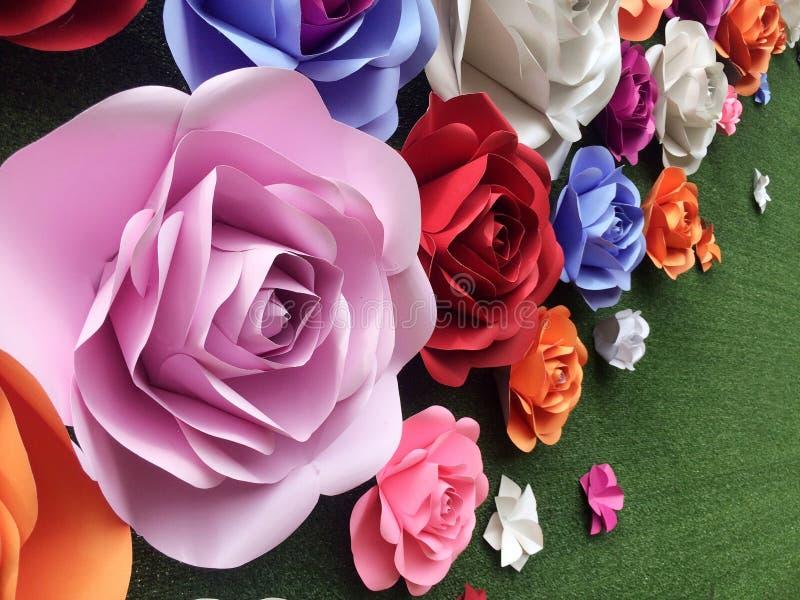 A mão crafted as flores de papel das rosas do cartão colorido da variedade fotografia de stock