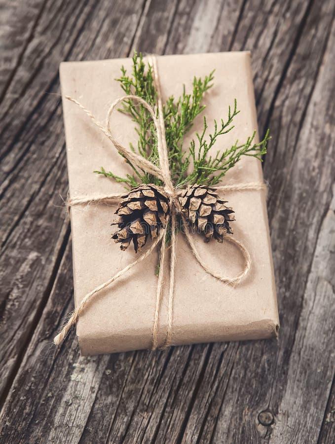 A mão crafted o presente no fundo de madeira rústico fotografia de stock royalty free