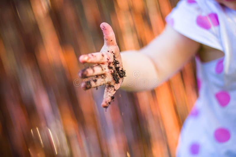 Mão da criança com sujeira imagens de stock