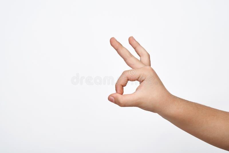 A mão da criança mostra o sinal aprovado imagens de stock