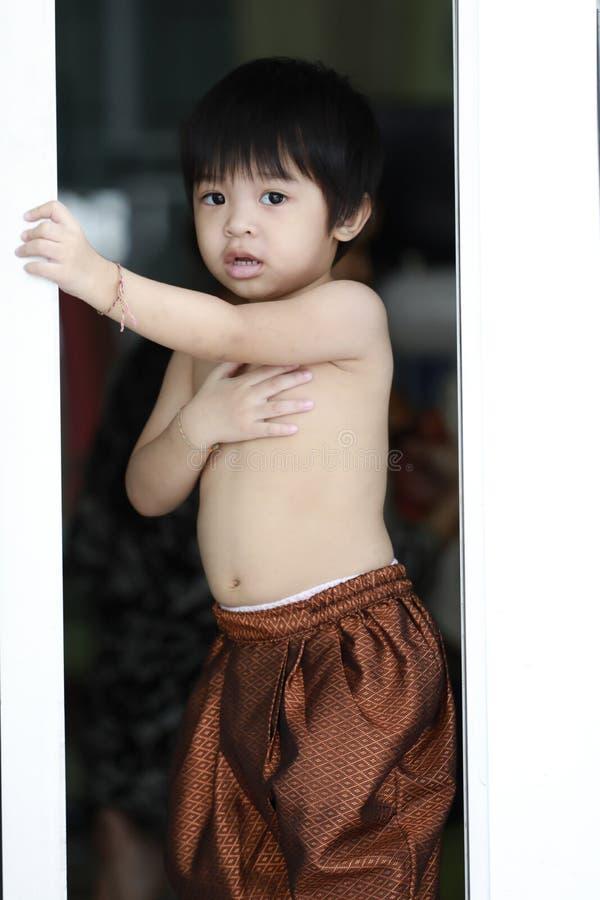 Mão da criança na porta de aço da cerca fotografia de stock