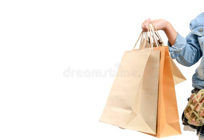 Mão da criança que guarda o saco de compras do papel de Brown imagens de stock royalty free