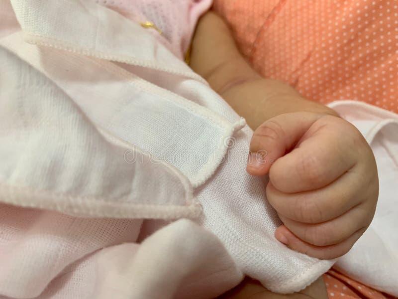 A mão da criança recém-nascida no abraço da mãe imagens de stock