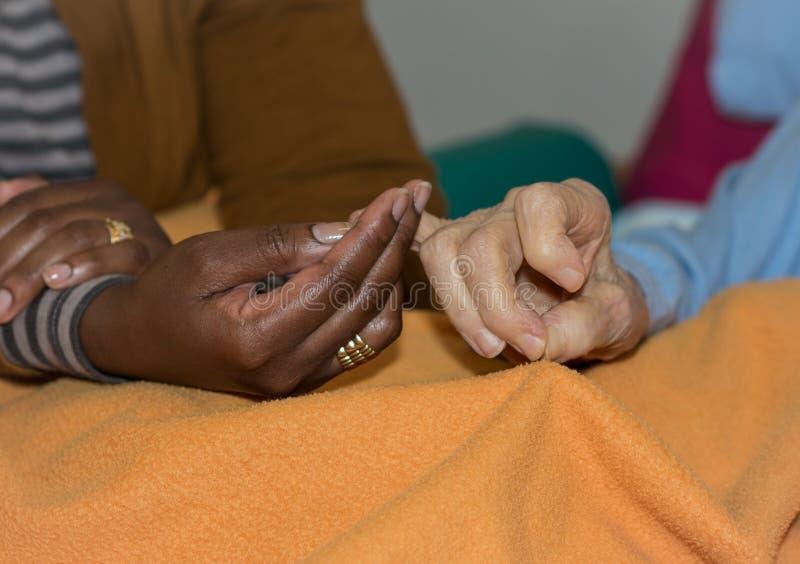 Mão da enfermeira que guarda uma mulher superior Conceito das mãos amiga, cuidado para as pessoas idosas fotos de stock royalty free