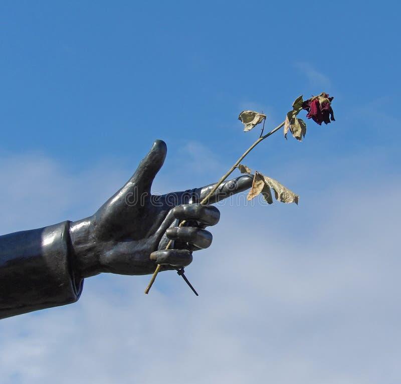 A mão da escultura de Billy Fury imagens de stock royalty free