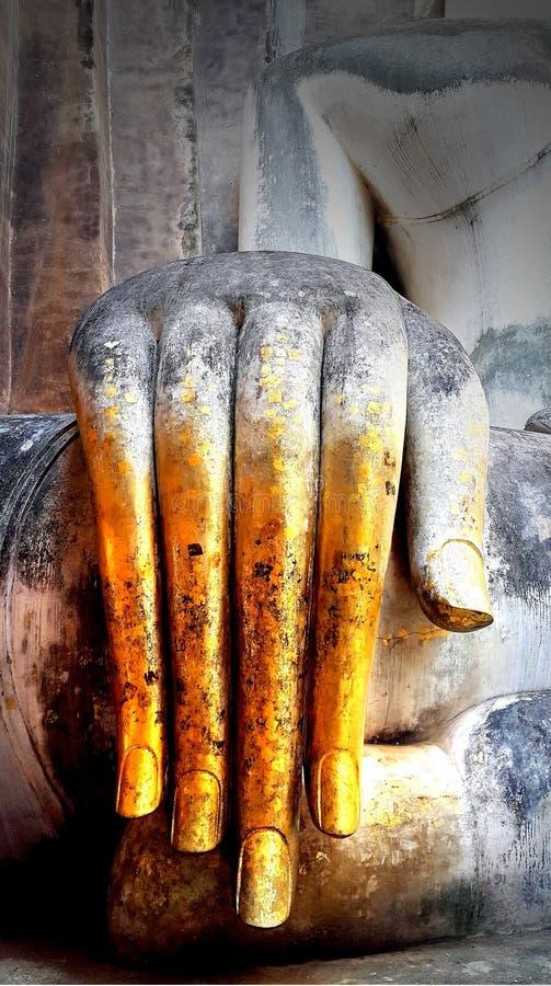 Mão da estátua da Buda com folha de ouro fotografia de stock