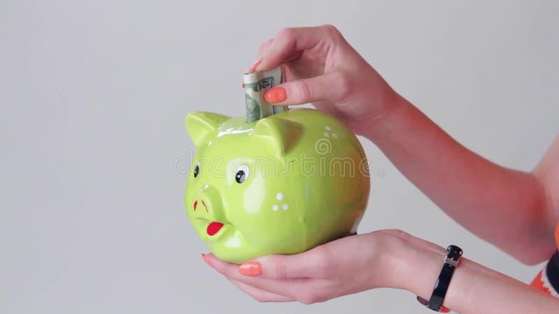 A mão da menina que guarda a caixa de dinheiro video estoque