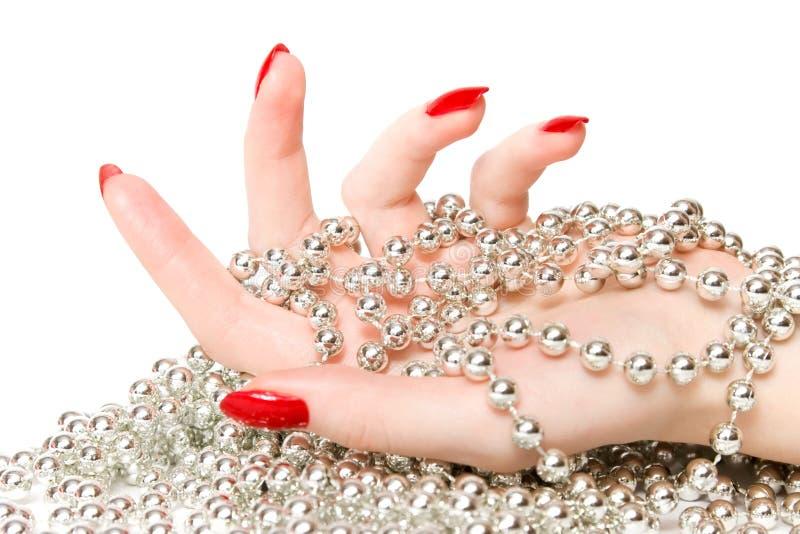 Mão da mulher com glassbeads de prata imagens de stock royalty free