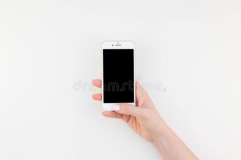 Mão da mulher com Iphone 7 fotografia de stock royalty free