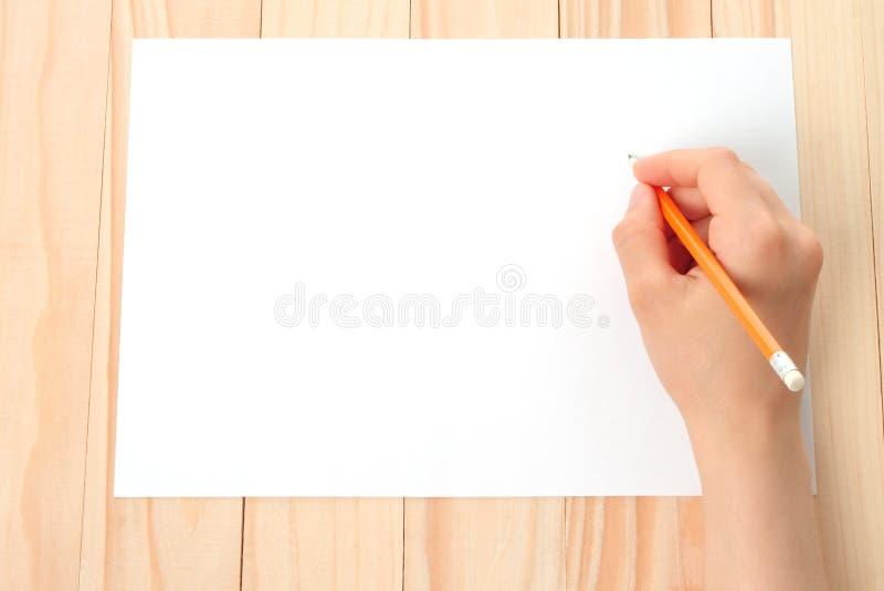 Mão da mulher com lápis e papel fotografia de stock