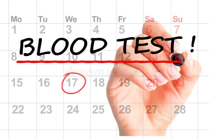 Mão da mulher com lembrete vermelho da análise de sangue da escrita do marcador no calendário ilustração royalty free