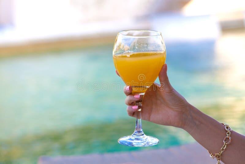 Mão da mulher com o cocktail que faz o brinde fotos de stock royalty free