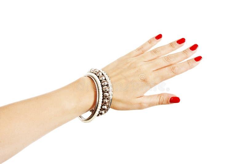 Mão da mulher com pulseira de prata fotos de stock royalty free