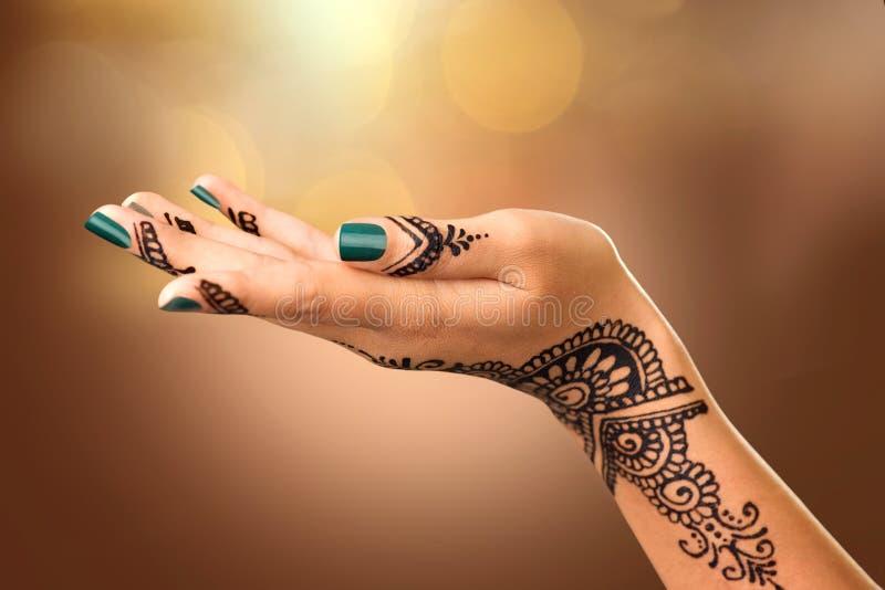 A mão da mulher com tatuagem do mehndi fotografia de stock royalty free