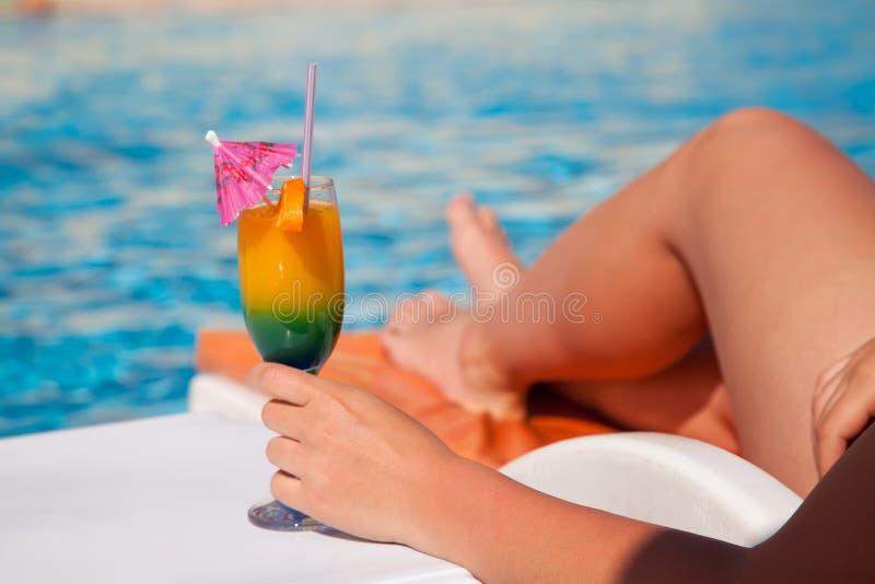 Mão da mulher com vidro de cocktail fotos de stock