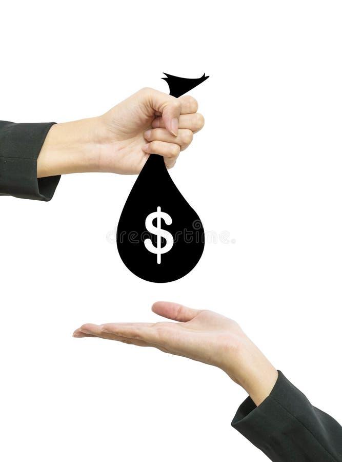 A mão da mulher de funcionamento do close up dá a saco do dinheiro na moeda do dólar americano a uns outros povos que a mão guard imagem de stock royalty free