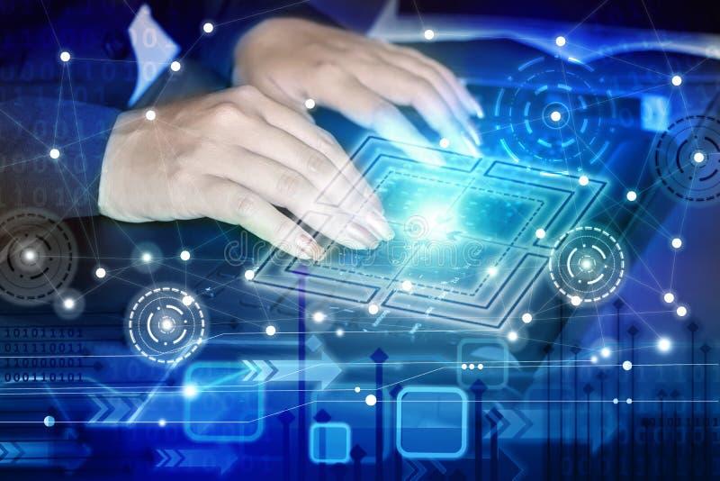 Mão da mulher de negócio que datilografa no portátil do computador com a tecnologia abstrata global imagem de stock royalty free