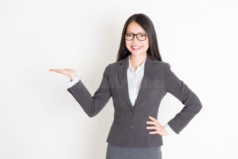 Mão da mulher de negócios que guarda algo fotografia de stock