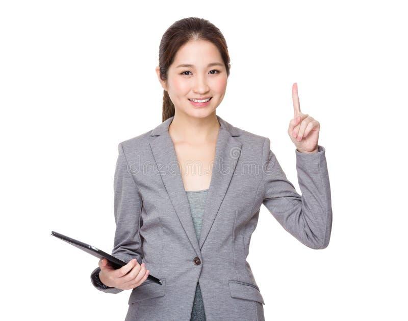 A mão da mulher de negócios que guardam com tabuleta digital e o dedo apontam fotografia de stock royalty free