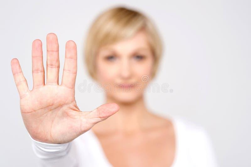 Mão da mulher do close up que mostra cinco fotografia de stock