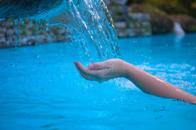 Mão da mulher e água azul Córrego e mãos da água fresca Corrente da água fresca Mãos da mulher no fluxo limpo fotos de stock royalty free