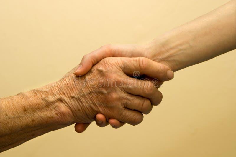 Mão da mulher idosa e nova foto de stock royalty free