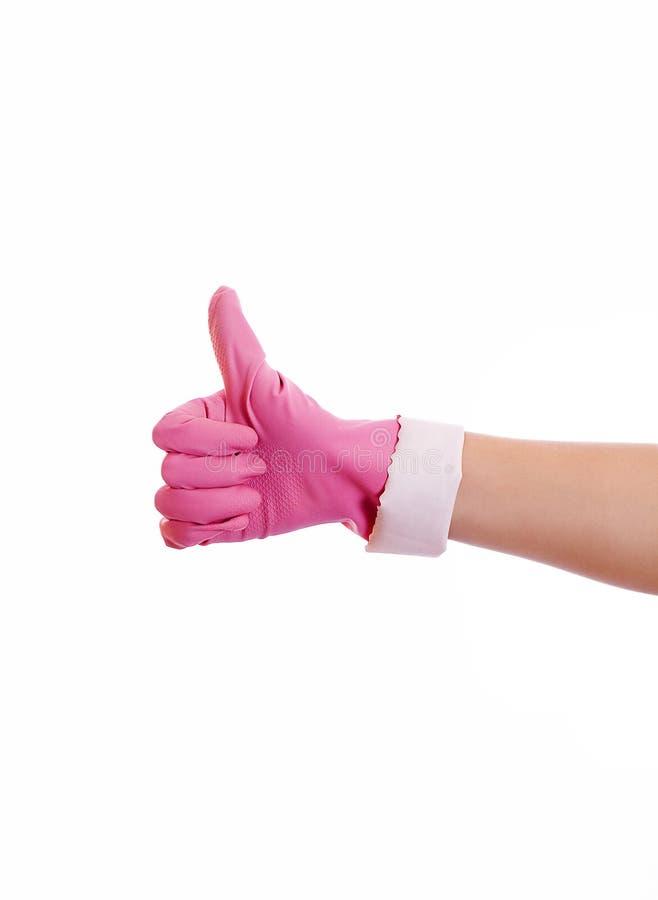 Mão da mulher na luva de borracha cor-de-rosa que gesticula está bem (sim) isolada em w imagens de stock royalty free
