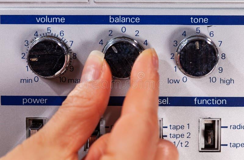 Mão da mulher que ajusta controles de um jogador de música retro idoso imagens de stock royalty free