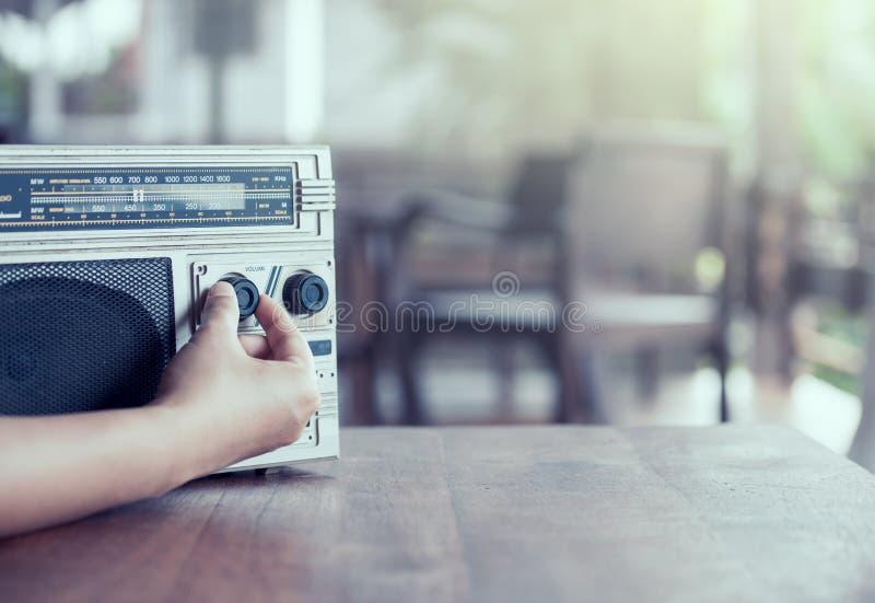 Mão da mulher que ajusta o volume sadio na gaveta de rádio retro imagens de stock