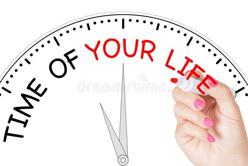 M?o da mulher que escreve a ?poca de sua mensagem da vida com o marcador vermelho na placa transparente da limpeza rendi??o 3d fotos de stock