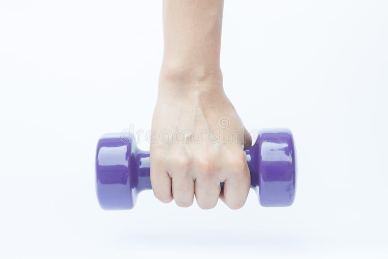 Mão da mulher que guarda o peso do peso no fundo branco foto de stock royalty free
