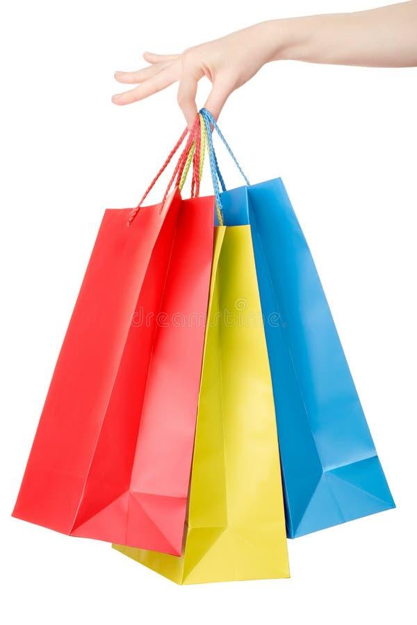 Mão da mulher que guarda sacos de compras coloridos foto de stock royalty free