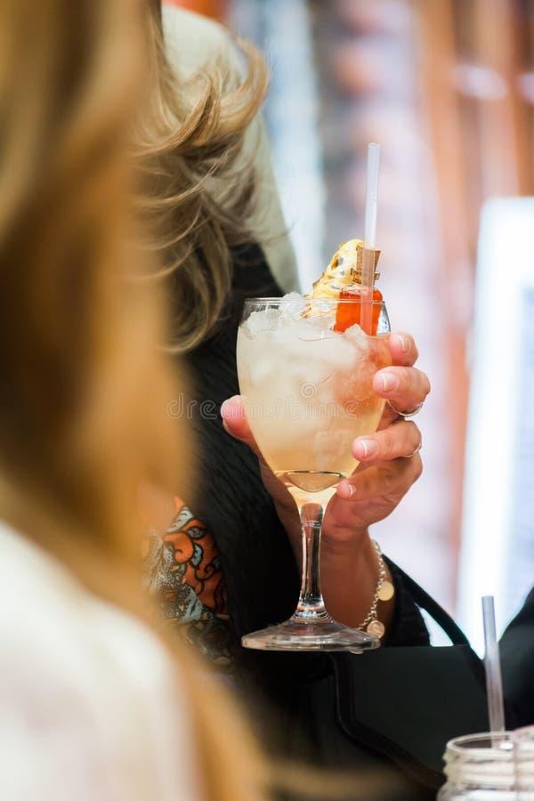 A mão da mulher que guarda um cocktail foto de stock royalty free