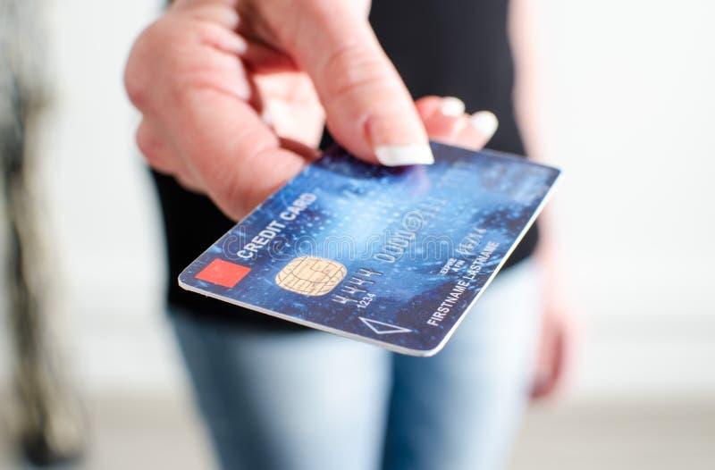 Mão da mulher que mostra o cartão de crédito fotos de stock