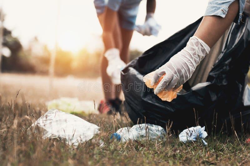 mão da mulher que pegara o plástico do lixo para limpar fotografia de stock