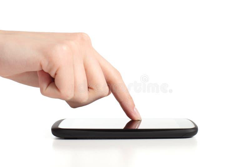 Mão da mulher que toca em uma tela do telefone móvel com forefinger fotografia de stock
