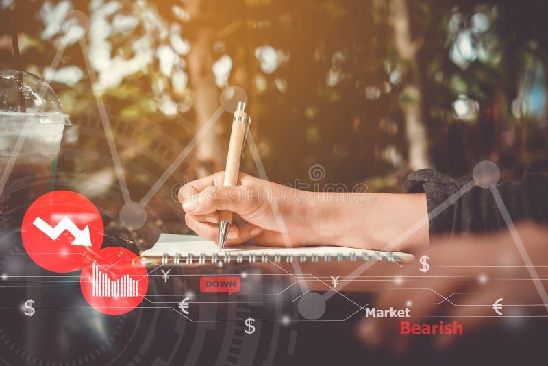 Mão da mulher usando o portátil para fazer o mercado conservado em estoque do negócio, o financeiro ou da troca dos estrangeiros foto de stock royalty free