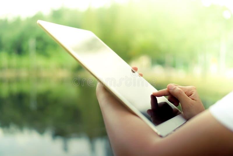 Mão da mulher usando a tabuleta grande para fazer o trabalho foto de stock royalty free