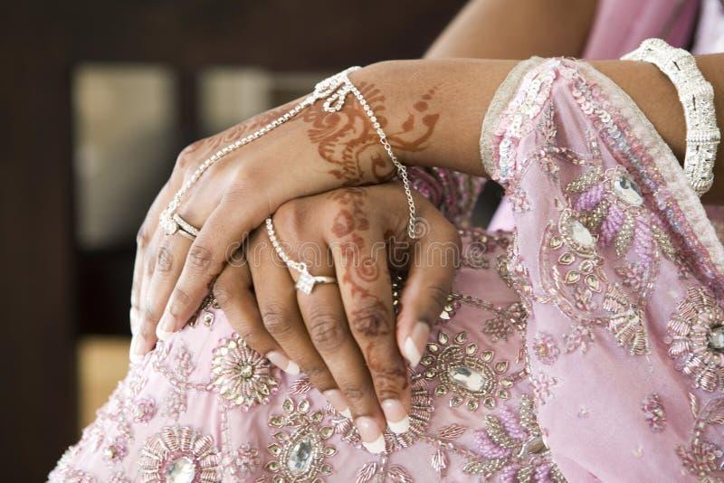Mão da noiva com tatuagem do Henna, casamento indiano imagens de stock
