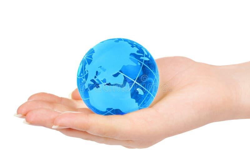 A mão da pessoa prende o globo foto de stock royalty free