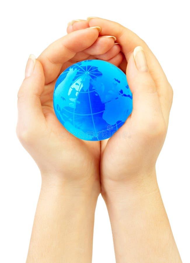 A mão da pessoa prende o globo foto de stock