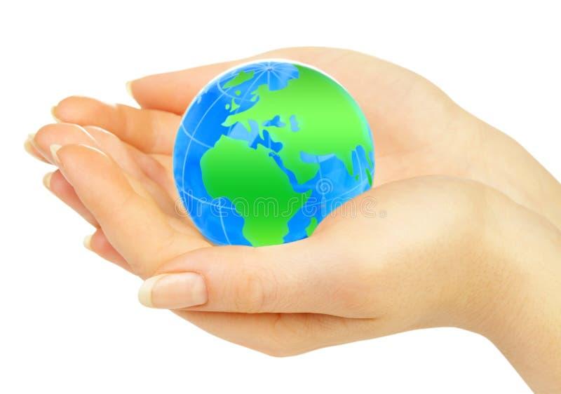 A mão da pessoa prende o globo imagem de stock royalty free