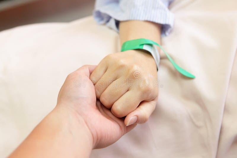 Mão da sua esposa do marido aperto imagens de stock royalty free